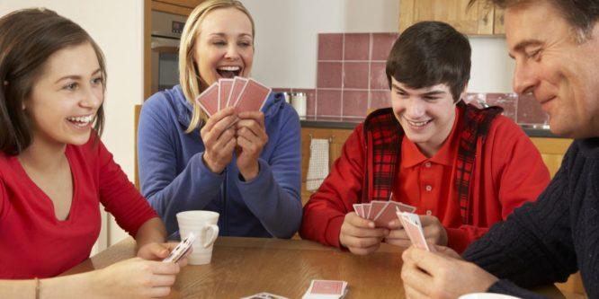 Família jogando baralho